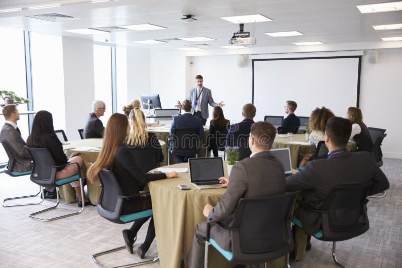 Conferência de Making Presentation At do homem de negócios foto de stock
