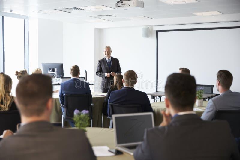 Conferência madura de Making Presentation At do homem de negócios imagens de stock