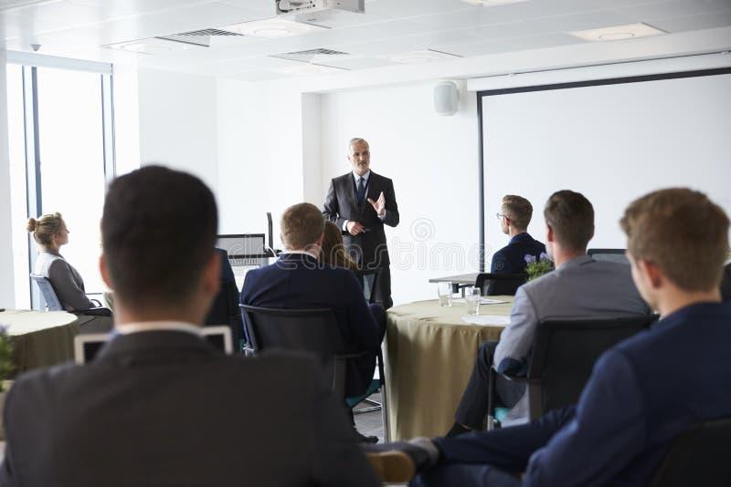 Conferência madura de Making Presentation At do homem de negócios imagem de stock royalty free