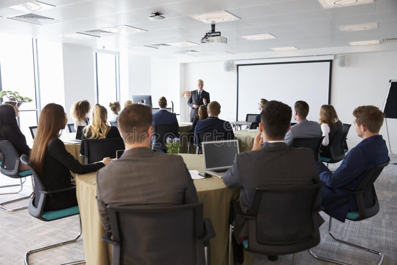 Conferência madura de Making Presentation At do homem de negócios imagens de stock royalty free