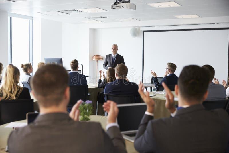 Conferência madura de Making Presentation At do homem de negócios fotos de stock royalty free