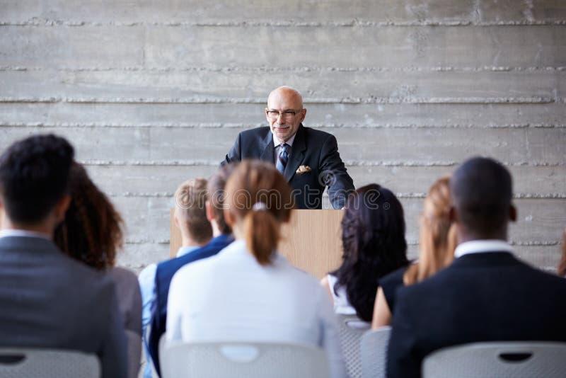 Conferência superior de Addressing Delegates At do homem de negócios imagens de stock