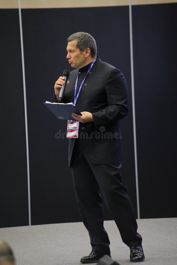 Conferências de negócio do orador de Vladimir Solovyov com os representantes do grande negócio internacional no fórum econômico imagem de stock