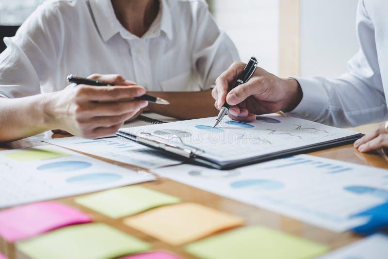 Conferencia de funcionamiento del Co, colegas del equipo del negocio que discuten trabajando an?lisis con datos financieros y com foto de archivo