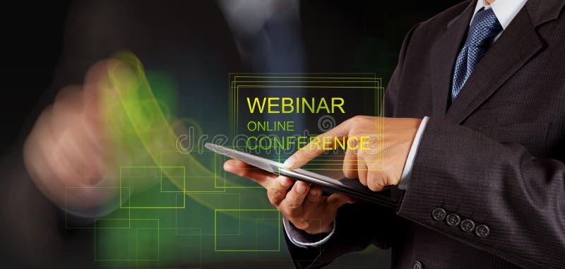 Conferencia en línea webinar de la demostración de la mano del hombre de negocios foto de archivo