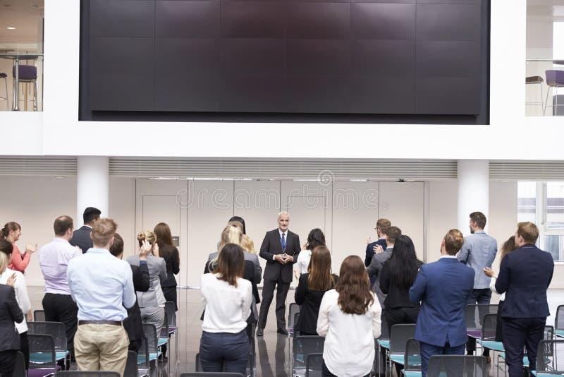 Conferencia madura de Making Presentation At del hombre de negocios fotografía de archivo
