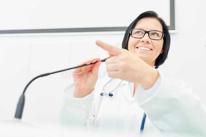 Conferente como o instrutor da medicina fotos de stock
