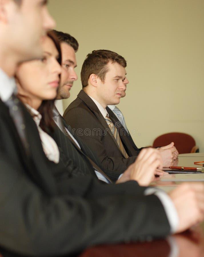 Conferentie, groep van 5 bedrijfsmensen stock afbeelding