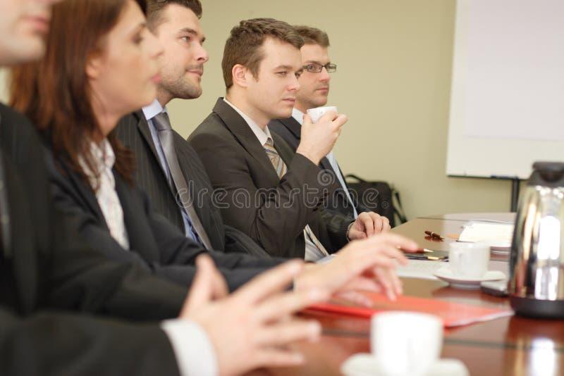 Conferentie, groep van vijf bedrijfsmensen