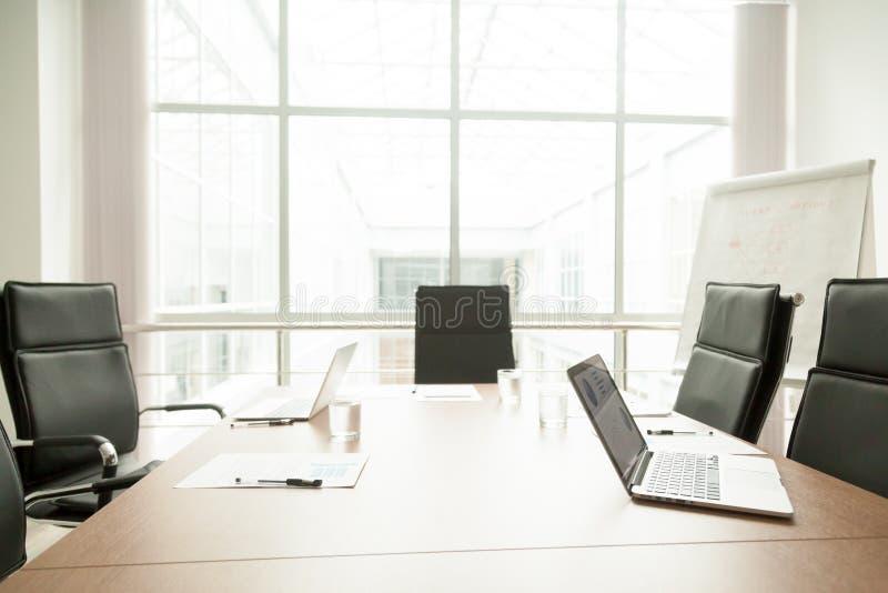 Conferentielijst in bureau van modern commercieel centrum, bestuurskamer royalty-vrije stock afbeeldingen