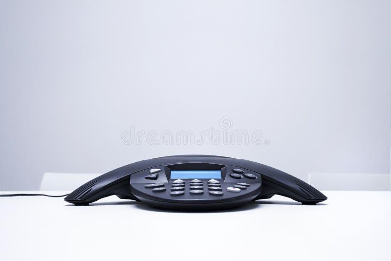 Conferentietelefoon op witte lijst wordt geïsoleerd die stock foto's