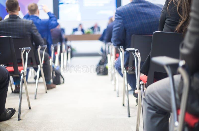Conferentievergaderzaal Bedrijfsmensen die in conferentiezaal zitten stock afbeelding