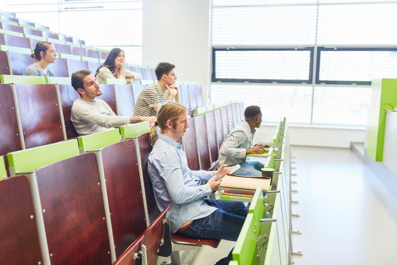 Conferenza dell'università con gli studenti fotografia stock