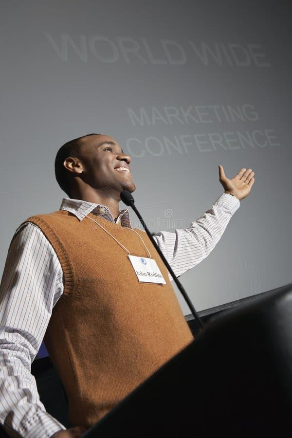 Conferenza di Giving Presentation At dell'uomo d'affari fotografie stock