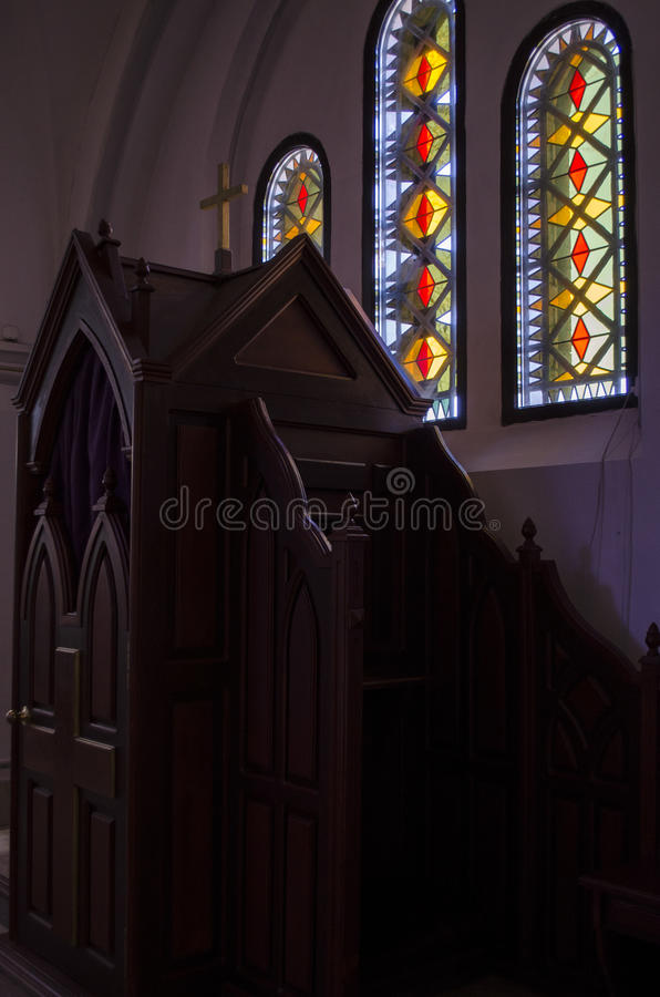 Confesonario de madera en iglesia católica foto de archivo libre de regalías