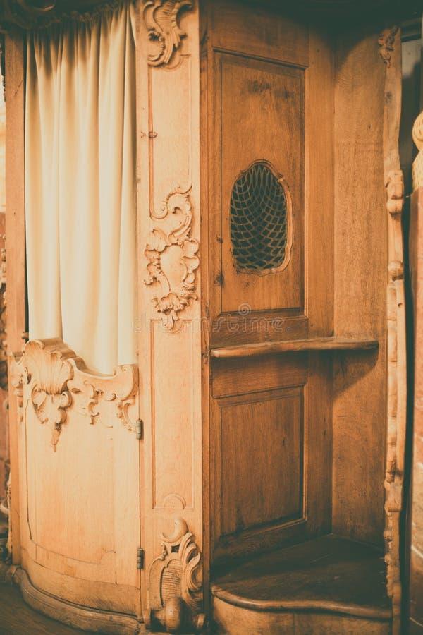 Confession?rio de madeira em uma igreja imagens de stock royalty free