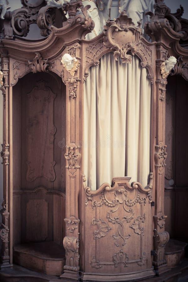 Confession?rio de madeira em uma igreja imagem de stock royalty free