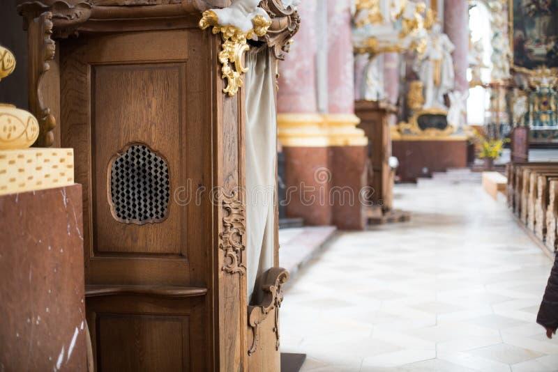 Confession?rio de madeira em uma igreja foto de stock royalty free