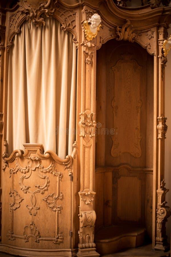 Confession?rio de madeira em uma igreja fotos de stock royalty free