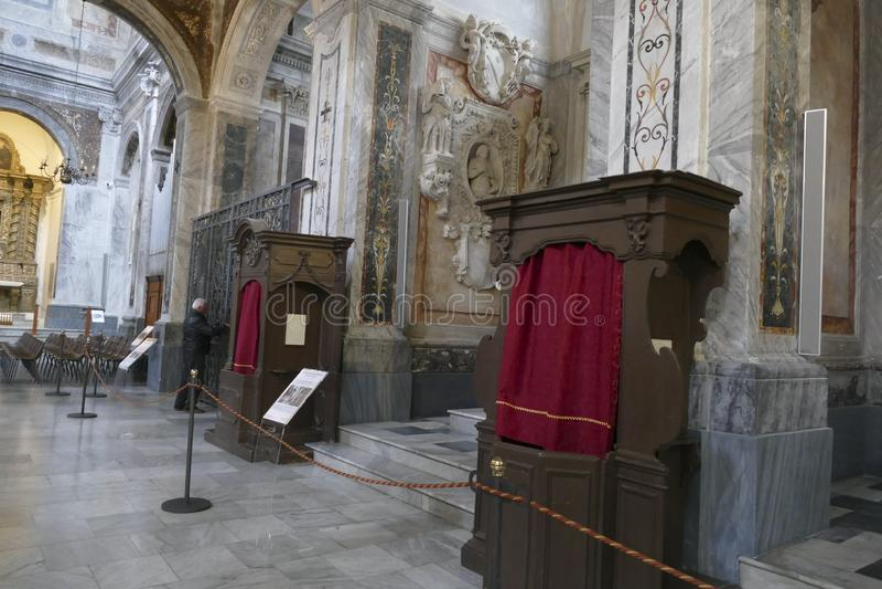 Confession?rio na nave da catedral fotos de stock royalty free