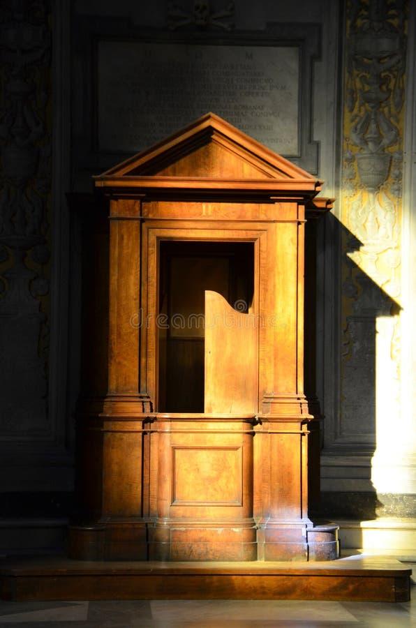 Confessionnal dans une église catholique image stock