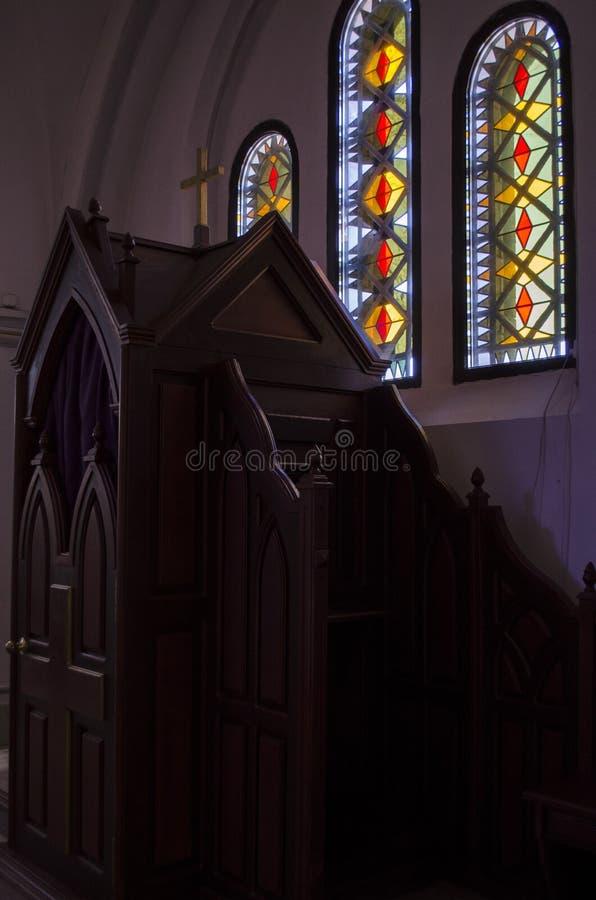 Confessionnal en bois dans l'église catholique photo libre de droits