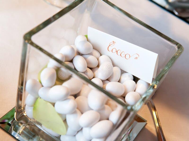 Confetes brancos do casamento fotos de stock