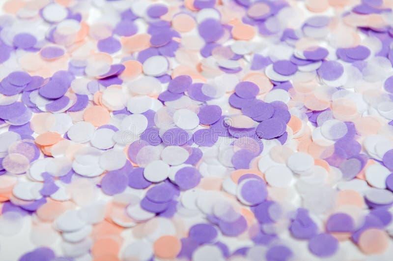 Confetes coloridos de cores cor-de-rosa, lilás pasteis Confetes festivos para o aniversário, ano novo Fundo imagem de stock royalty free