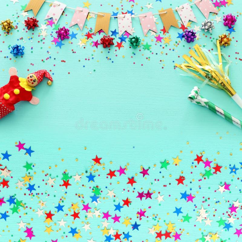 Confetes coloridos do partido sobre o fundo de madeira azul pastel claro Vista superior, configuração lisa imagens de stock royalty free