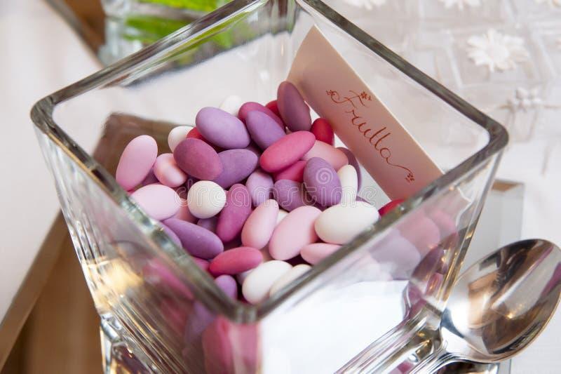 Confetes cor-de-rosa do casamento imagens de stock royalty free