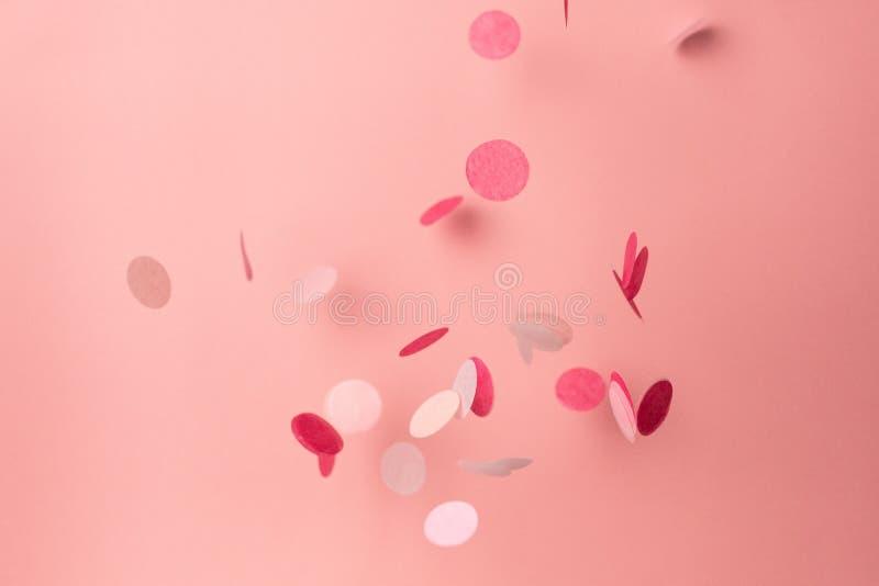 Confetes cor-de-rosa no fundo cor-de-rosa Copyspace para o texto Fundo brilhante e festivo do feriado imagens de stock royalty free