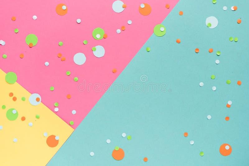 Confetes vibrantes no fundo colorido foto de stock