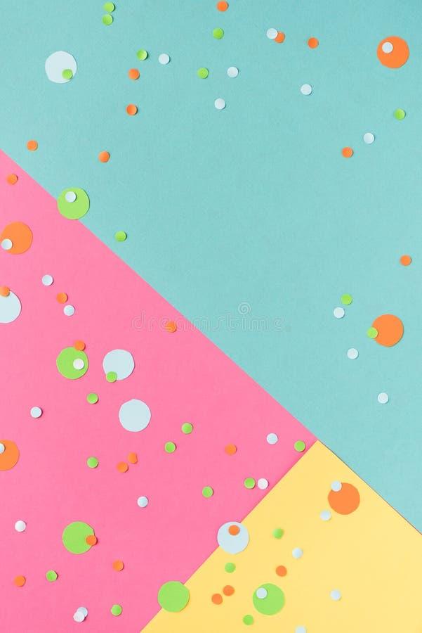 Confetes vibrantes no fundo colorido fotografia de stock royalty free