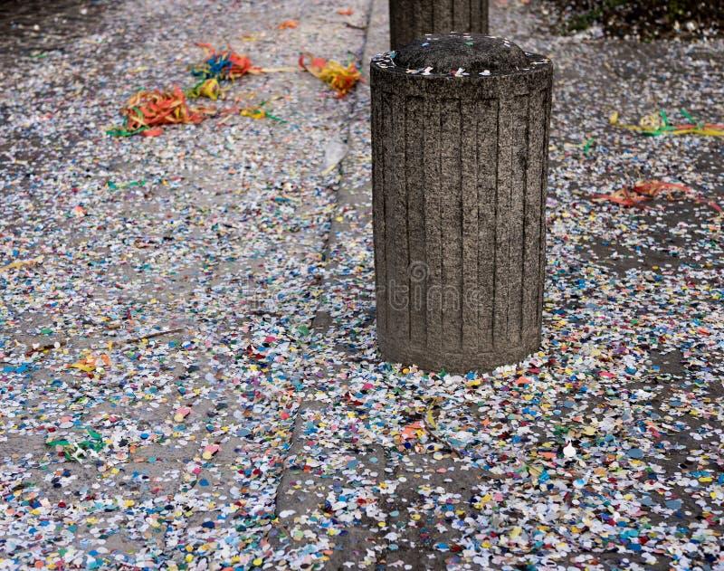 Confeti colorido del carnaval imagenes de archivo