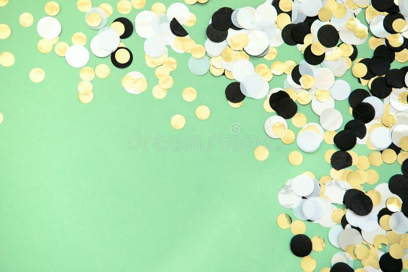 Confeti de la hoja sparced en fondo coloreado menta de moda imagenes de archivo