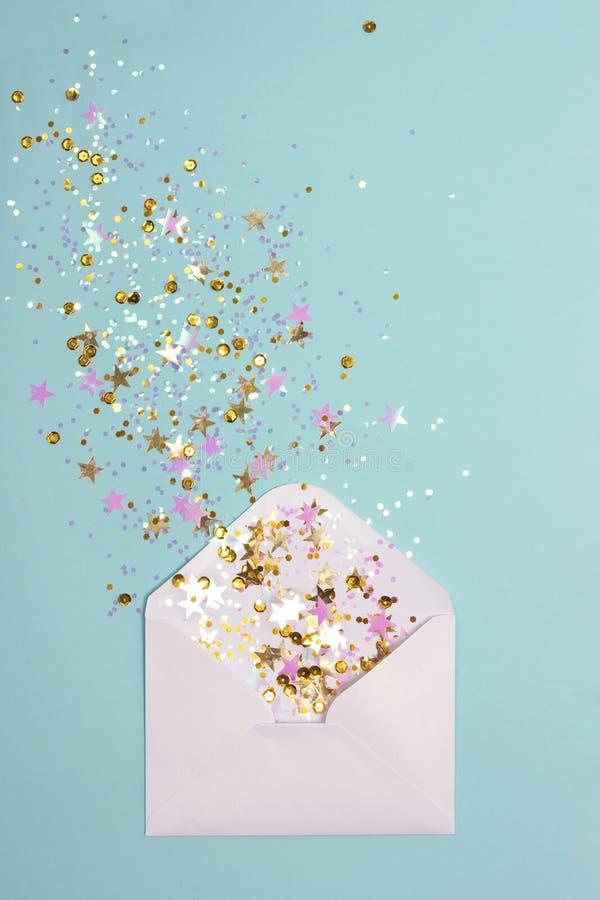 Confeti de oro y rosado dispersado de sobre en fondo en colores pastel de la menta imagenes de archivo