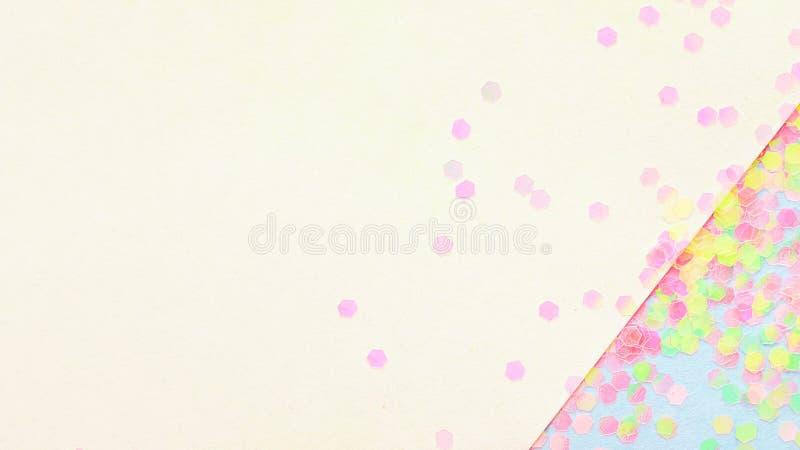 Confeti en el fondo de papel geom?trico del extracto, concepto festivo fotografía de archivo