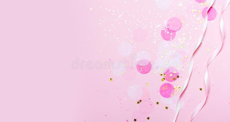 Confeti y estrellas y chispas rosados en fondo rosado stock de ilustración