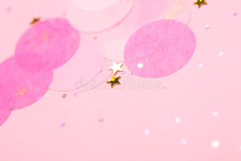 Confeti y estrellas y chispas rosados en fondo rosado libre illustration