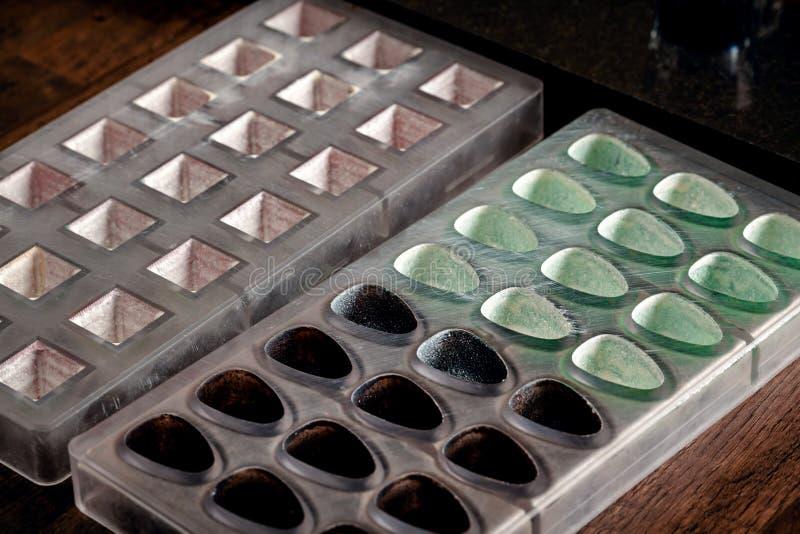 Confetteria e strumenti di cottura per i dolci sulla tavola di legno Muffe di plastica, miscelatori, coloranti alimentari, tazze  immagini stock libere da diritti