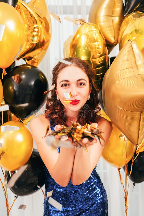 Confetti девушки воздушных шаров праздника дуя стоковое изображение