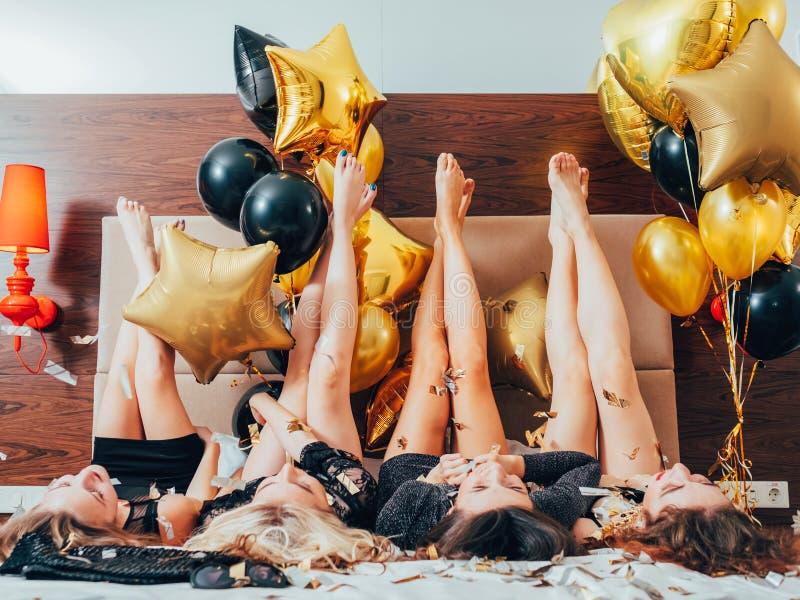 Confetti образа жизни отдыха девушек пристанища Bff городской стоковое фото rf