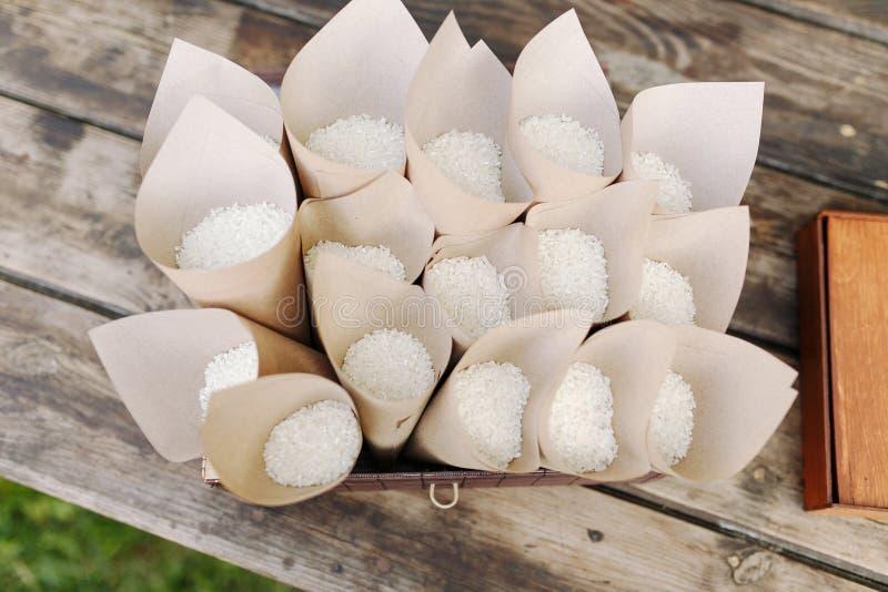 Confetti свадьбы с рисом в бумажных конусах венчание цветка церемонии невесты традиционный бросать риса над пожененный стоковые изображения rf