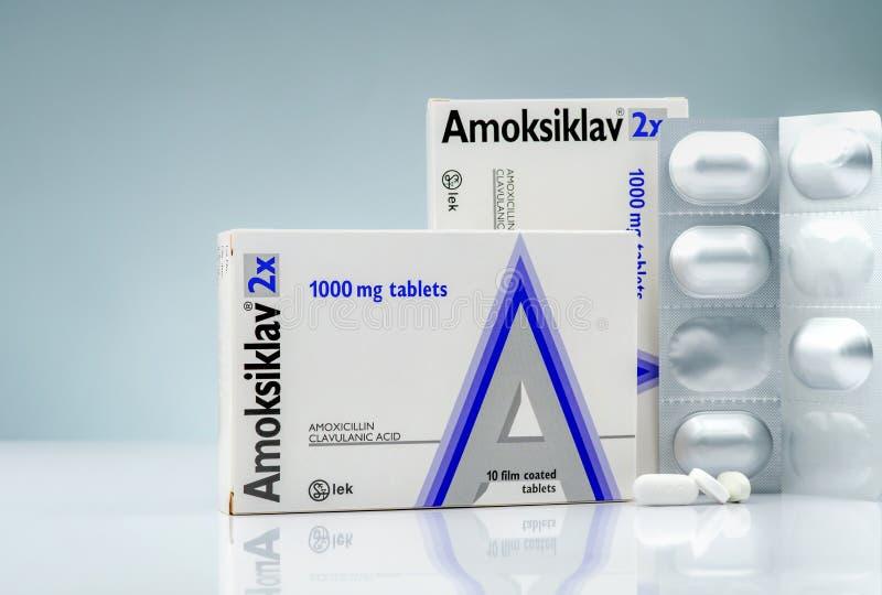 Confetti 1000 di mg di Amoksiklav 2x Amoxicillina e acido clavulanico Pillole degli antibiotici sul fondo di pendenza Ridurre in  immagine stock libera da diritti