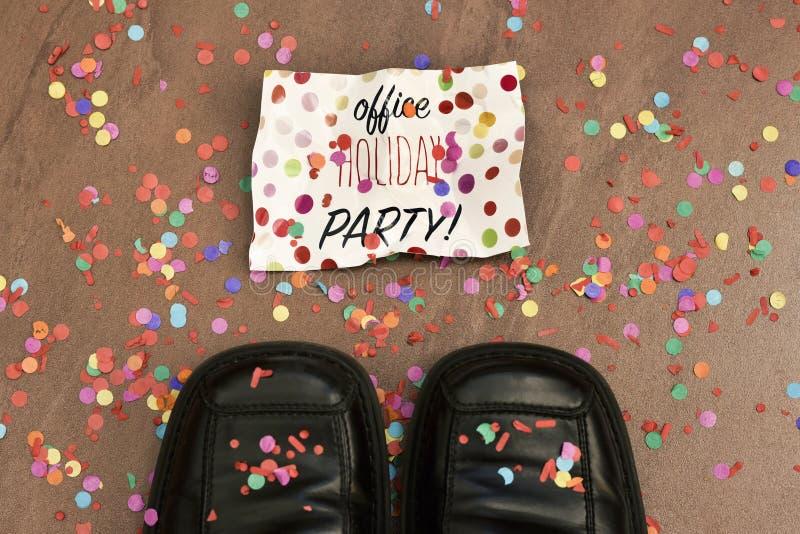 Confetti i teksta biurowy wakacyjny przyjęcie fotografia stock