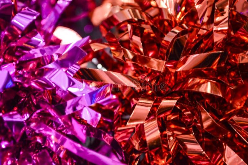 confetti Ornamento festivo, uma decoração da chuva dos anos novos fundo ou textura Cores carmesins, vermelhas e cor-de-rosa brilh imagem de stock