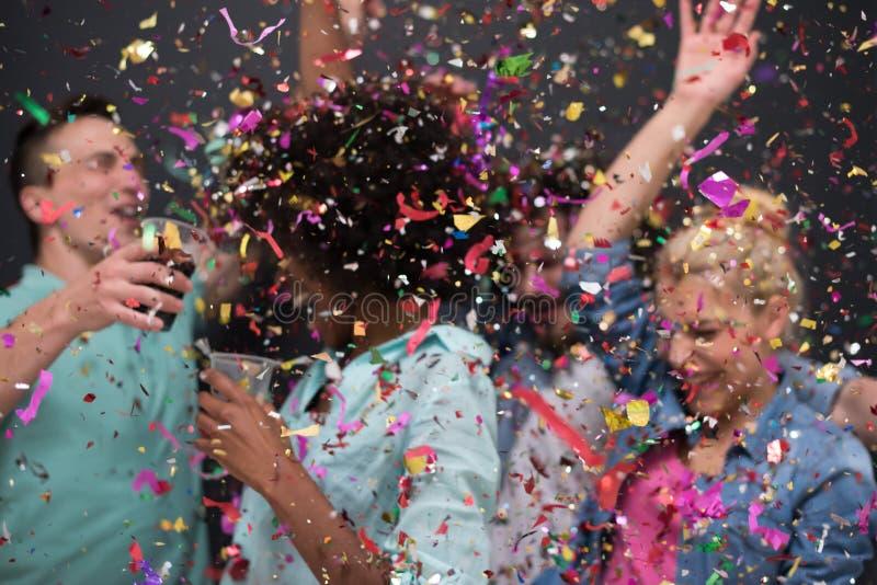 Confetti partyjna wieloetniczna grupa ludzi fotografia royalty free