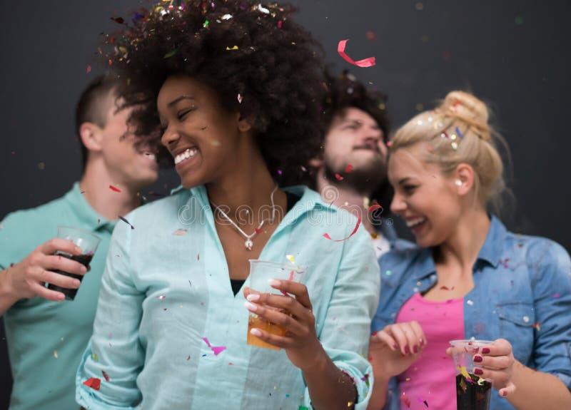 Confetti partyjna wieloetniczna grupa ludzi zdjęcie stock