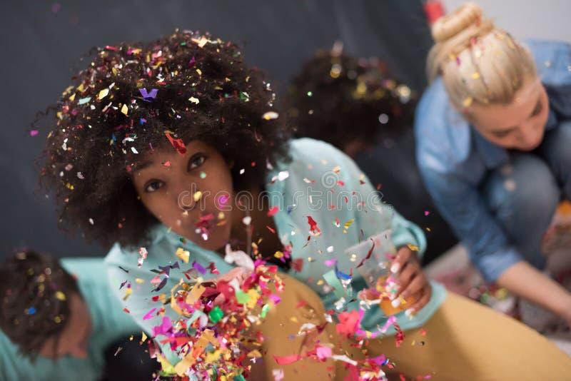 Confetti partyjna wieloetniczna grupa ludzi obraz stock