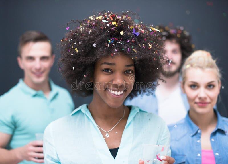 Confetti partyjna wieloetniczna grupa ludzi zdjęcie royalty free